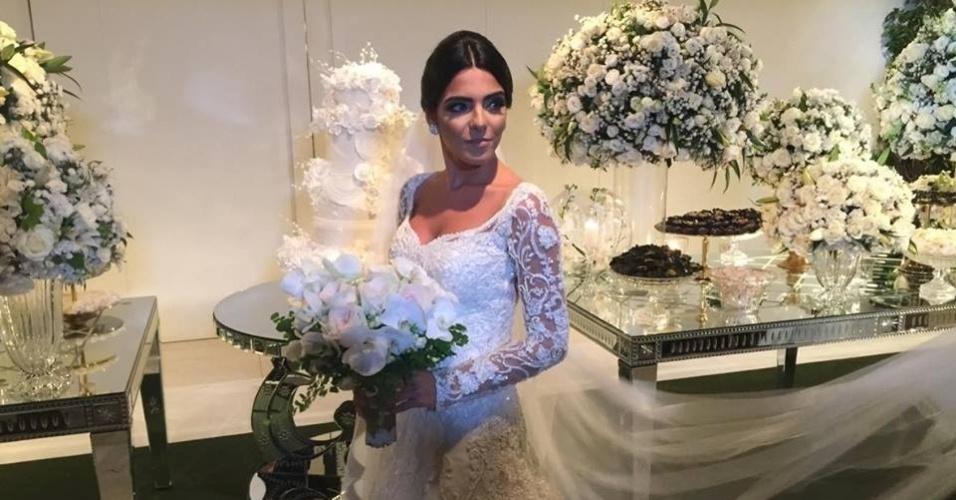 O vestido da noiva Larissa Saad é bordado com mini pérolas e mais de 15 mil pedras de cristais
