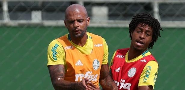 Felipe Melo e Keno durante disputa de bola em treino do Palmeiras
