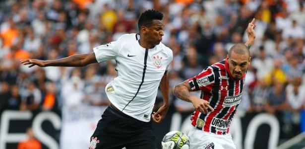 Maicon disputa bola com Jô no clássico entre Corinthians e São Paulo
