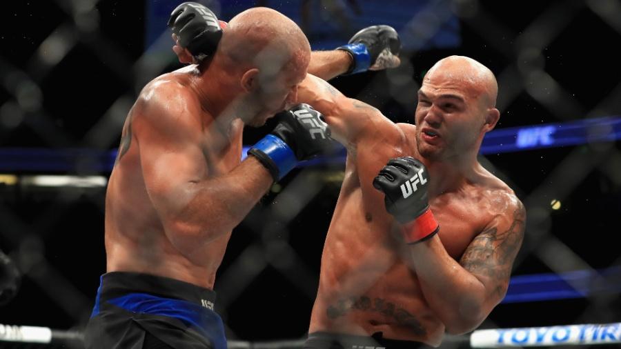 Robbie Lawler e Donald Cerrone se enfrentam em luta válida pelo card principal do UFC 214 - Sean M. Haffey/Getty Images/AFP