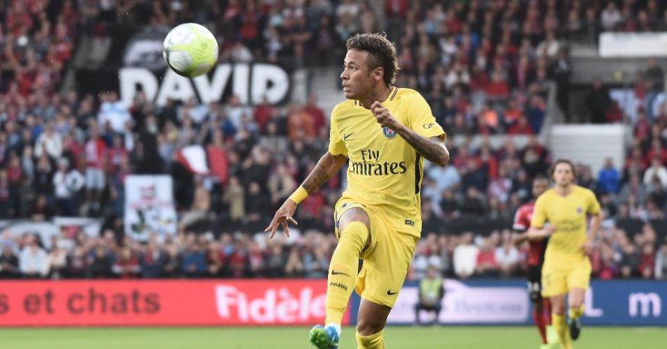Neymar domina a bola durante a estreia no PSG contra o Guingamp