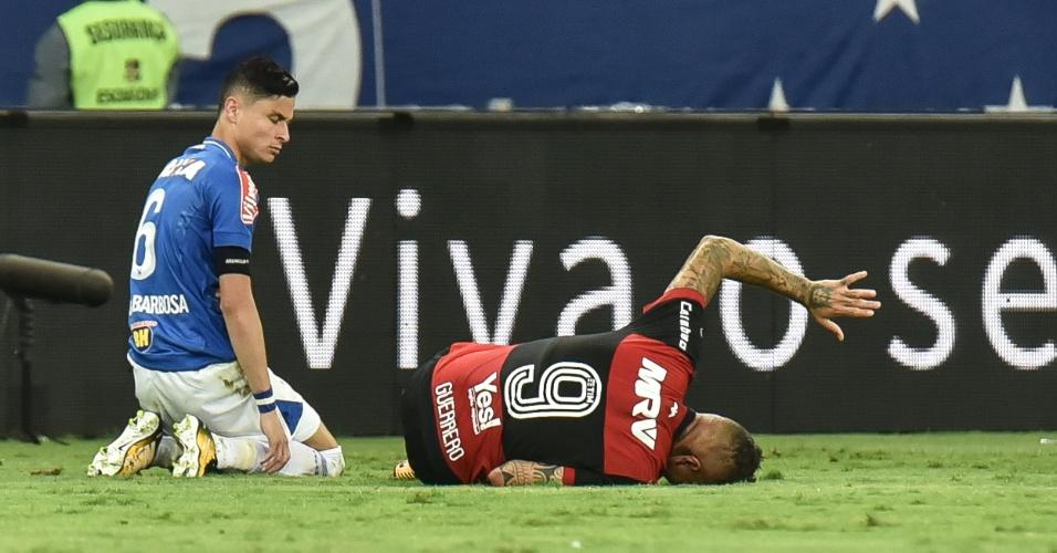 Guerrero cai, se contorce e é observado por Diogo Barbosa durante jogo entre Cruzeiro e Flamengo