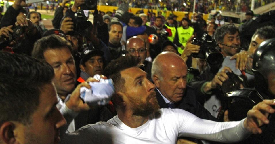 Messi joga camisa para os torcedores e faz festa com a classificação da Argentina