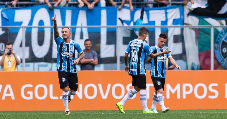 Everton comemora gol do Grêmio contra o Flamengo