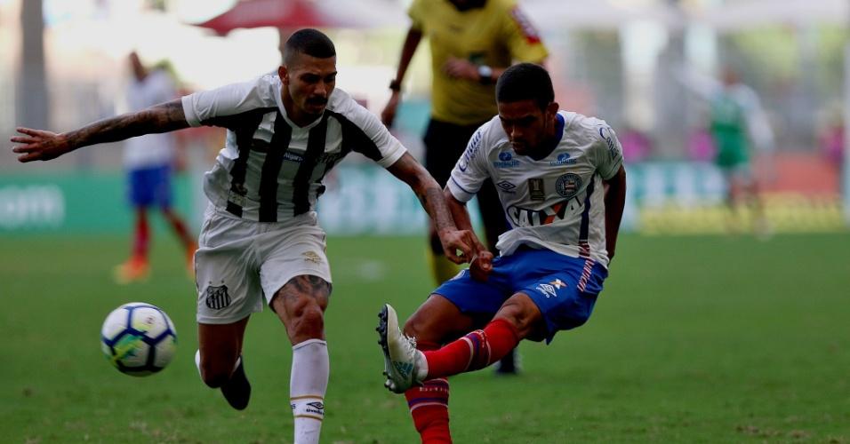 Alison e Gregore disputam bola em Bahia x Santos pelo Campeonato Brasileiro