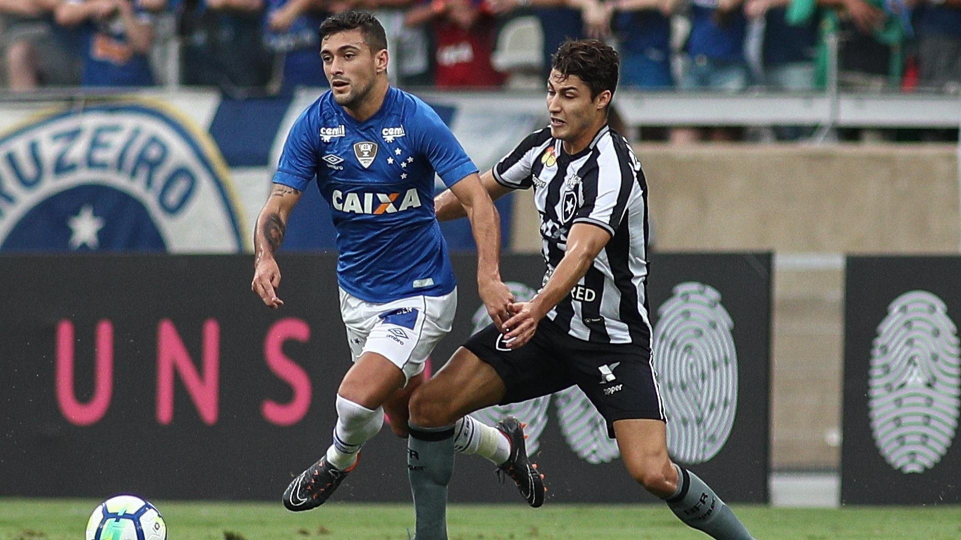 Robinho tenta passar pela marcação de Marcinho, durante a partida entre Cruzeiro e Botafogo