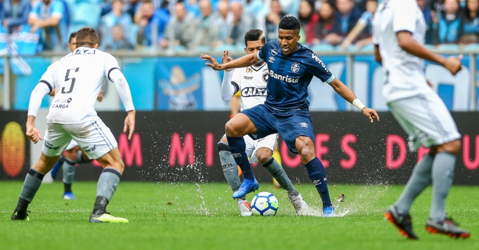 Bruno Cortez disputa bola durante jogo do Grêmio contra o Botafogo