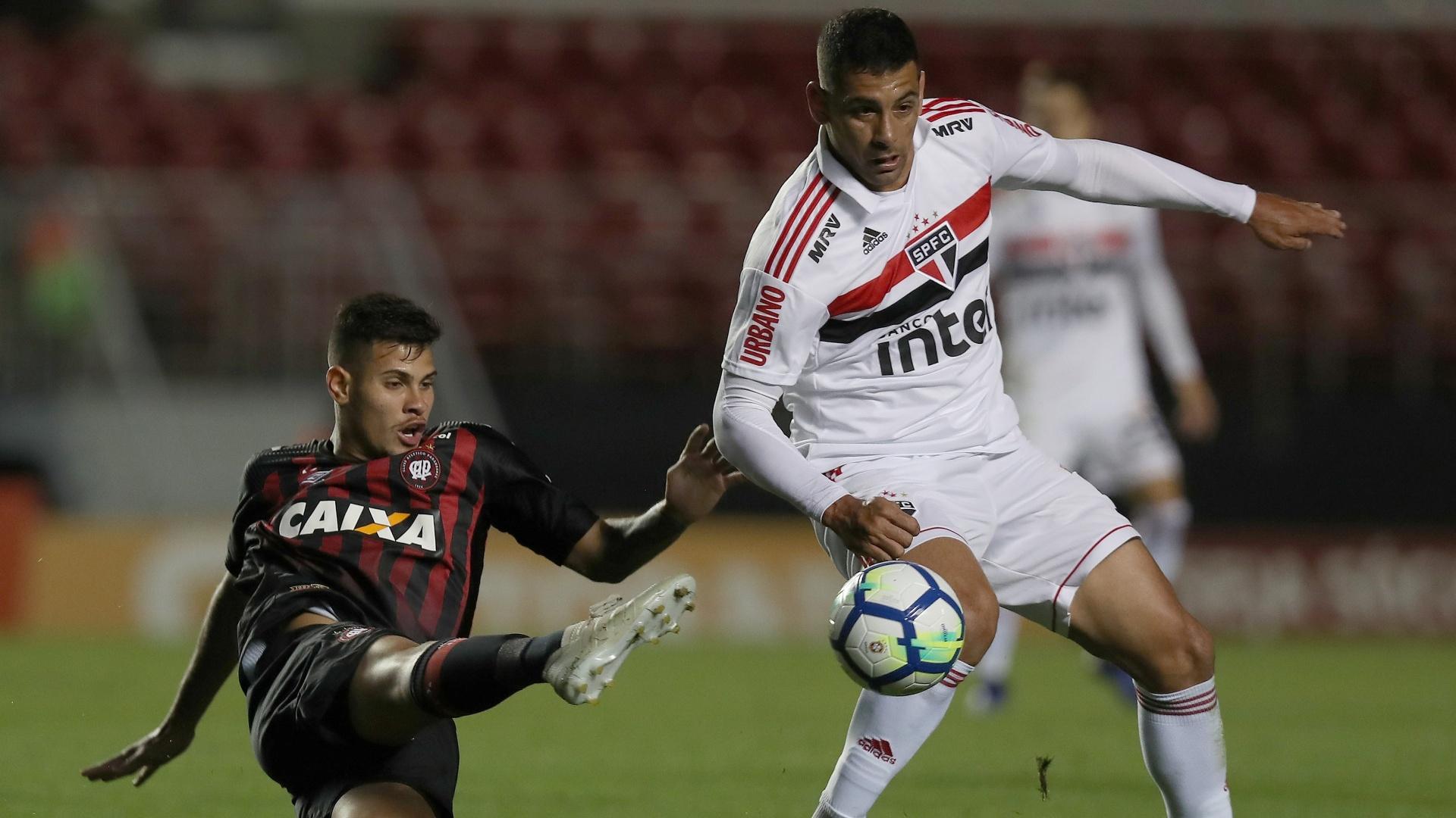 O atacante Diego Souza em lance da partida entre São Paulo e Atlético-PR