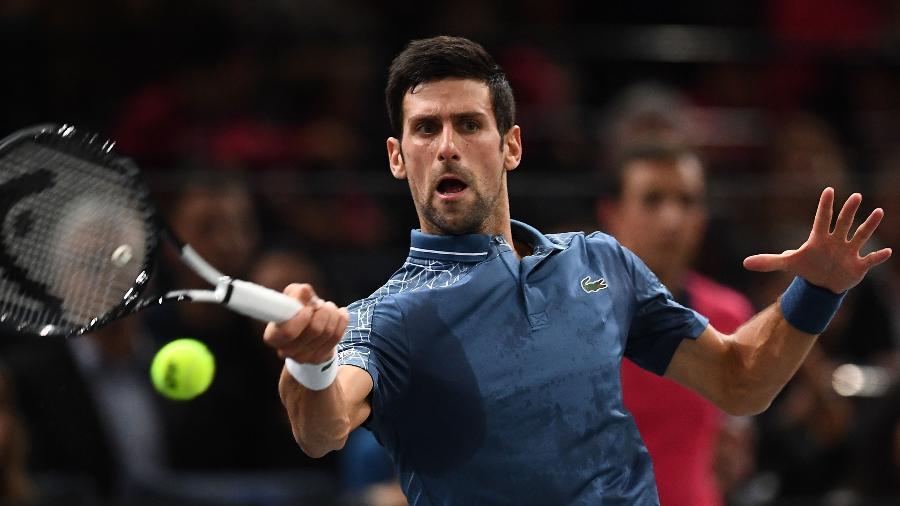 Novak Djokovic devolve bola durante partida no Masters 1000 de Paris - Anne-Christine POUJOULAT / AFP