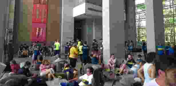 Torcedores do Boca se aglomeraram no saguão do hotel em São Paulo - UOL Esporte