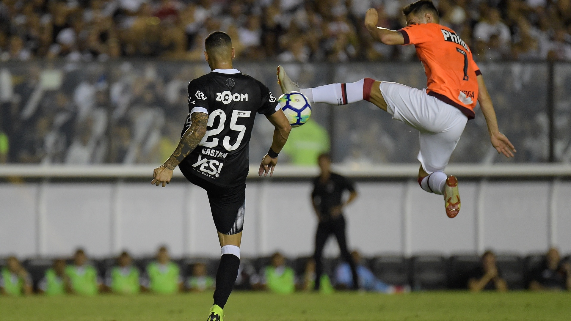 Leandro Castán e Raphael Veiga disputam a bola no jogo entre Vasco e Atlético-PR