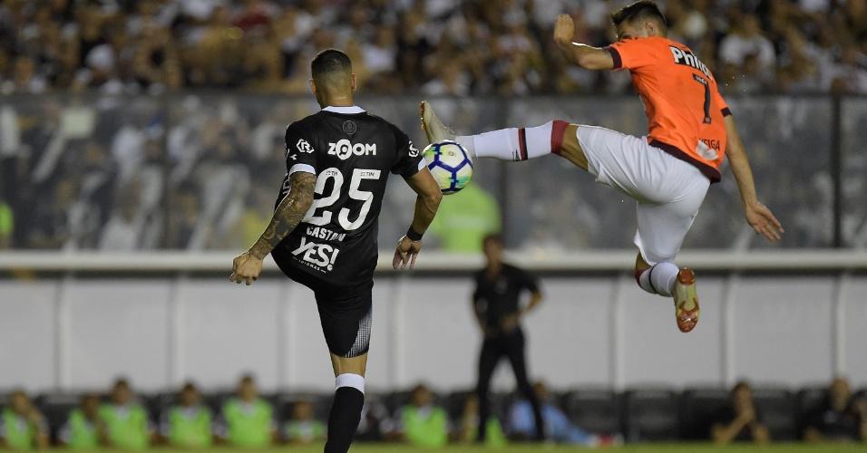 Leandro Castán e Raphael Veiga disputam a bola no jogo entre Vasco e  Atlético-PR f816b973afa2f