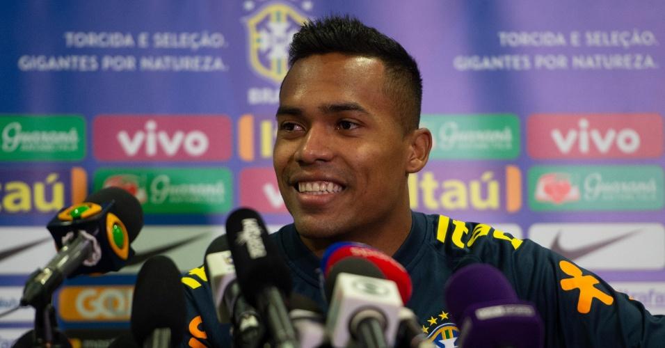 Alex Sandro, durante entrevista coletiva da seleção brasileira