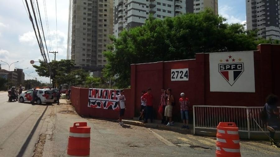 Protesto no CT começou perto de 15h e foi simultâneo à apresentação do técnico Cuca - Bruno Grossi/UOL Esporte