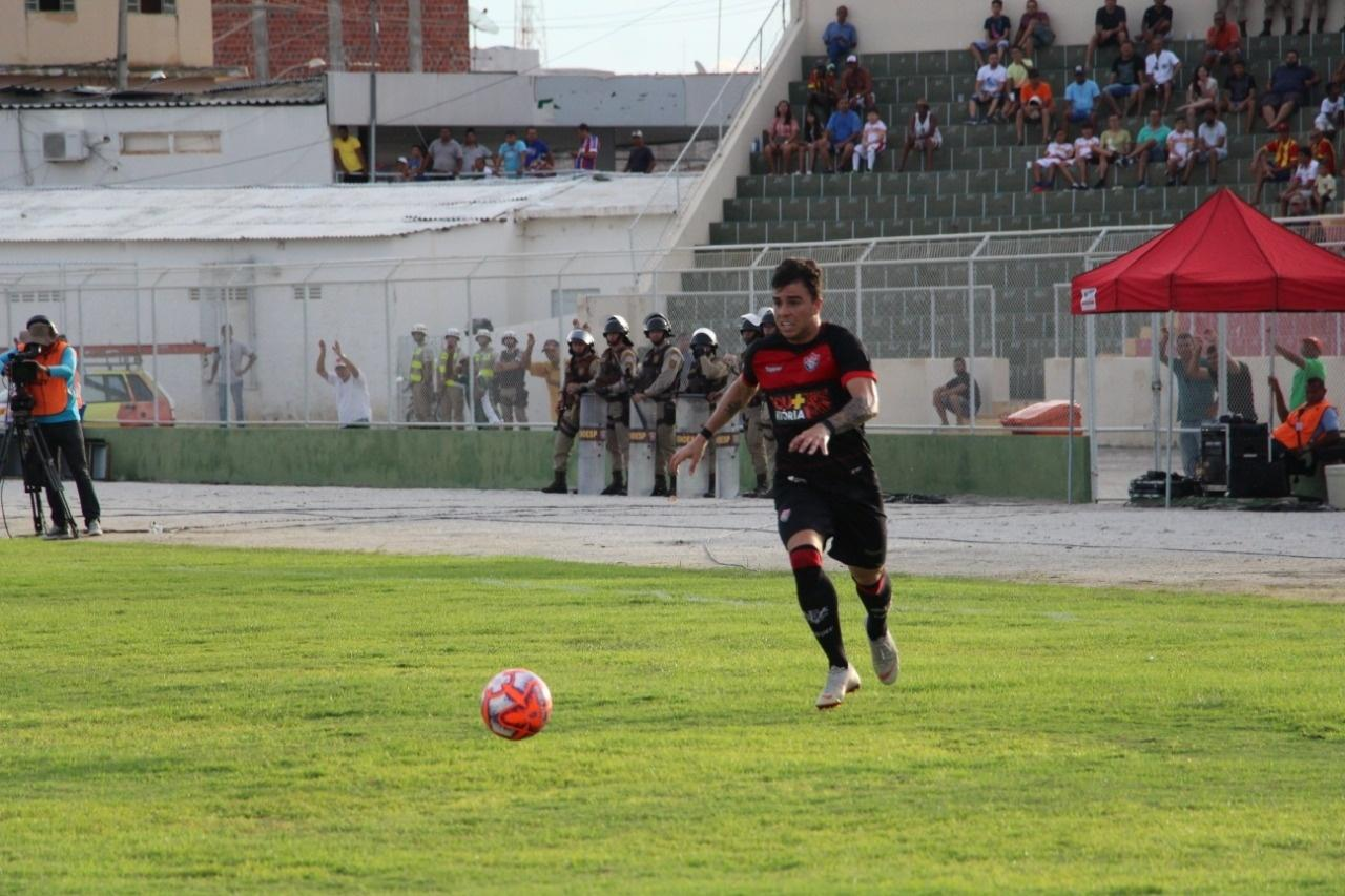Andrigo, do Vitória, carrega a bola durante jogo contra o Juazeirense