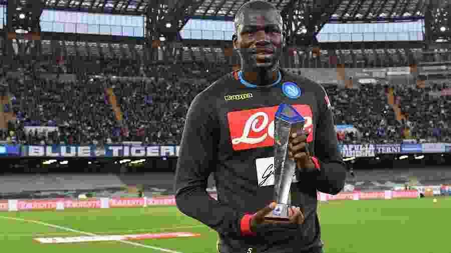 Koulibaly posa com o troféu de melhor zagueiro do Campeonato Italiano - SSC Napoli/Getty Images