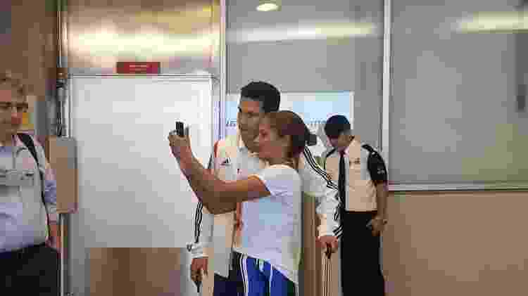 Hernanes posa para foto com torcedora no desembarque do São Paulo - José Eduardo Martins/UOL Esporte - José Eduardo Martins/UOL Esporte