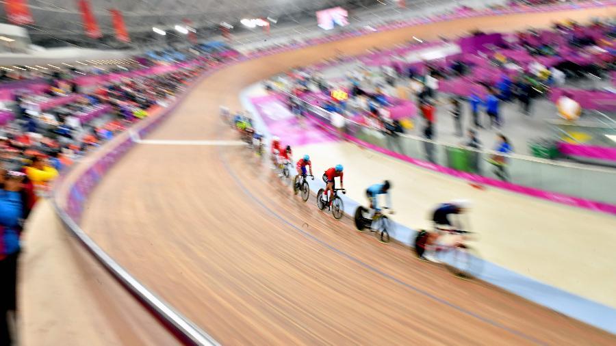 Provas do ciclismo de pista, como a Omnium, estão em andamento em Lima - Luis Acosta / AFP