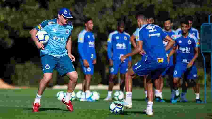 Primeiro dia de Rogério Ceni começou por volta das 7h e só terminou 10 horas mais tarde, na Toca da Raposa - Bruno Haddad/Cruzeiro