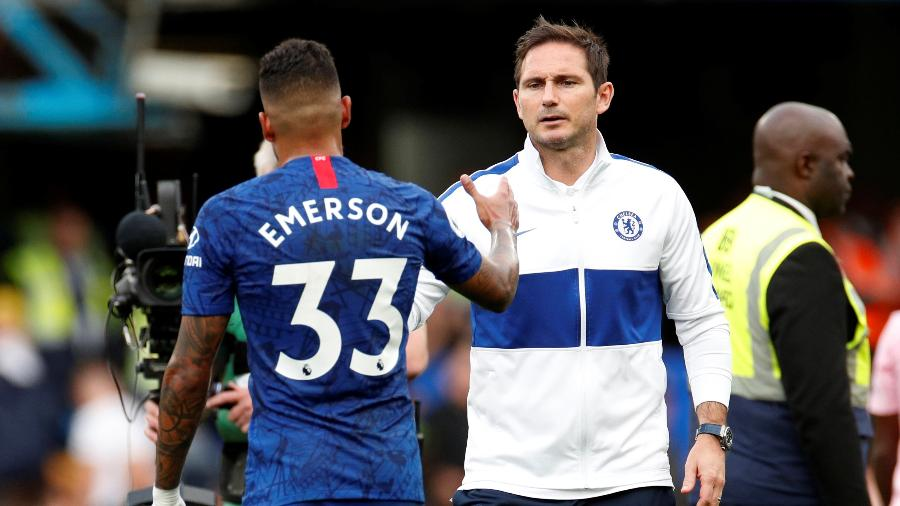 Frank Lampard, técnico do Chelsea, cumprimenta Emerson Palmieri. Jogador pode ir para Inter de Milão - John Sibley/Reuters