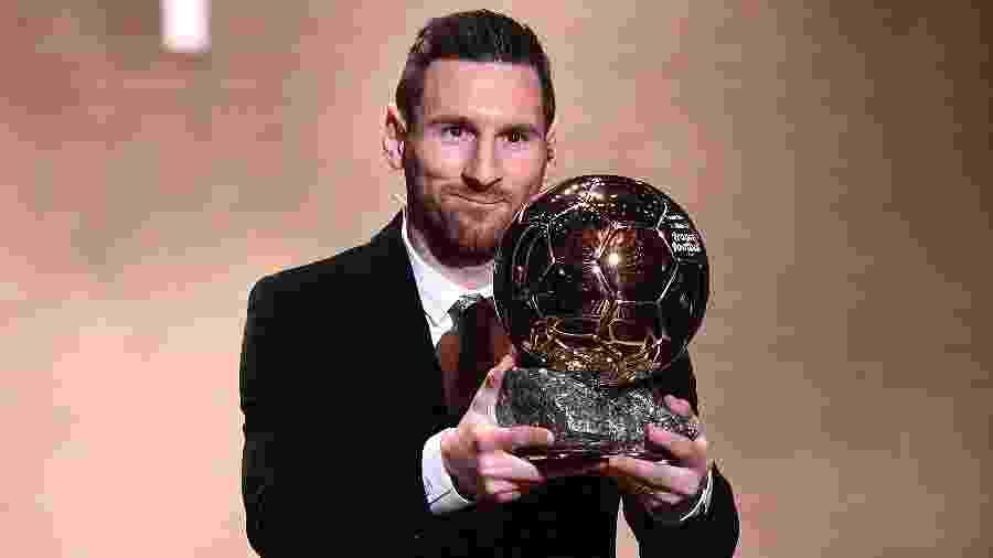 Lionel Messi ergue o troféu do Bola de Ouro - FRANCK FIFE / AFP