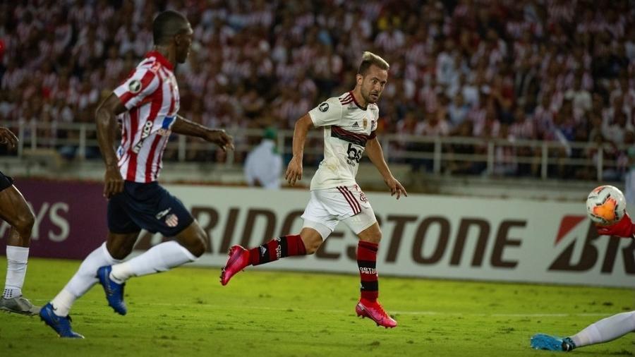 Everton Ribeiro finaliza para fazer o segundo gol do Flamengo sobre o Junior Barranquilla - Alexandre Vidal / Flamengo