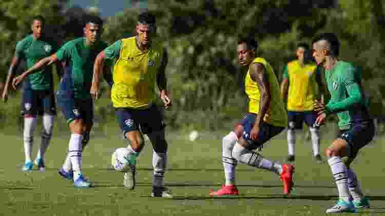 Henrique conduz a bola sob olhares dos companheiros, como Egídio, em treino do Fluminense - Lucas Merçon / Fluminense F.C. - Lucas Merçon / Fluminense F.C.