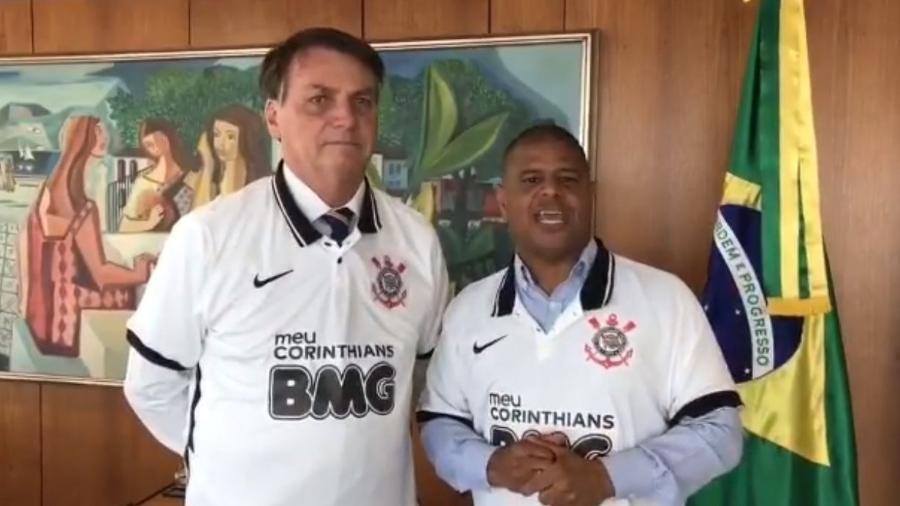 Bolsonaro e Marcelinho Carioca vestiram a camisa do Corinthians em vídeo. - Foto Reproducao
