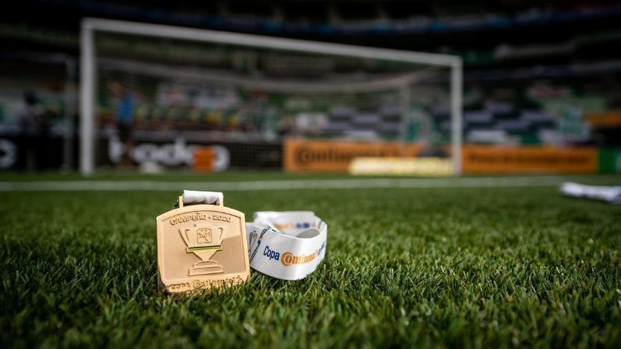 Medalha de campeão da Copa do Brasil de 2020 no gramado do Allianz Parque - Staff Images/CBF