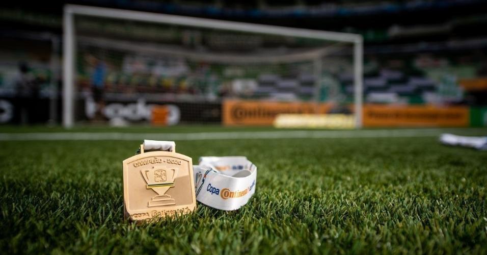 Medalha da Copa do Brasil de 2020 no gramado do Allianz Parque, palco da finalíssima