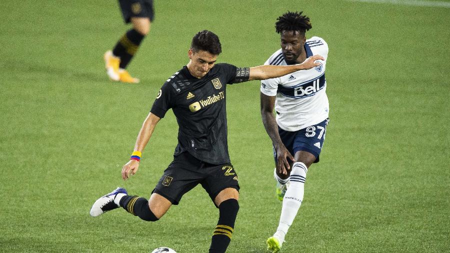 Eduard Atuesta, do Los Angeles FC, bate na bola durante jogo contra o Vancouver Whitecaps - Troy Wayrynen/USA TODAY Sports