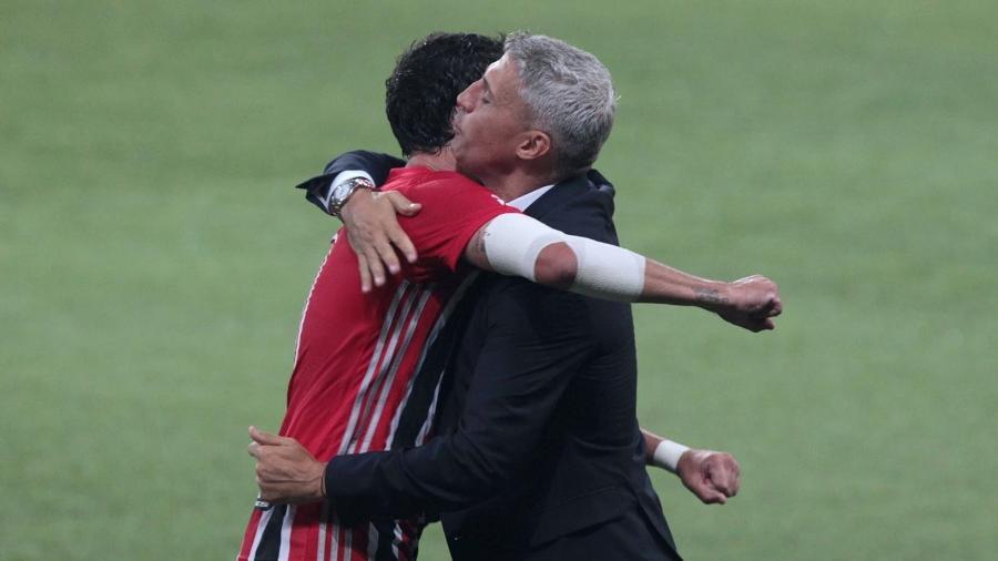Pablo comemora com Crespo o gol da vitória do São Paulo contra o Palmeiras, no Allianz Parque, pelo Paulistão - Divulgação / São Paulo FC