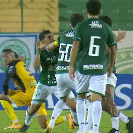 Jogadores do Guarani tentam separar briga entre Rodrigo Andrade e Bidu - Reprodução/SporTV