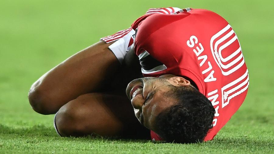 Dani Alves, jogador do São Paulo, queixa-se de dor em jogo contra o Racing (ARG) - Staff Images / CONMEBOL