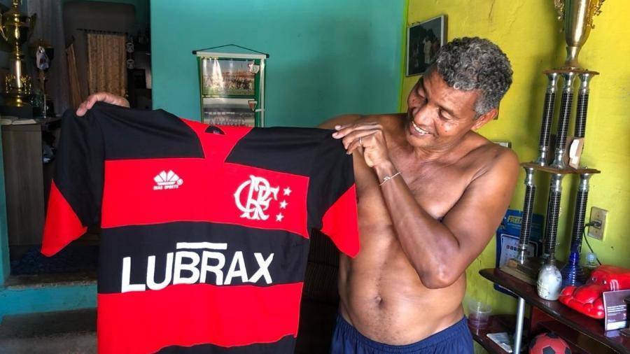 Victor segura camisa do Flamengo: ex-meia teve passagem relâmpago pela Gávea no timaço de 1986 - Bruno Braz / UOL Esporte