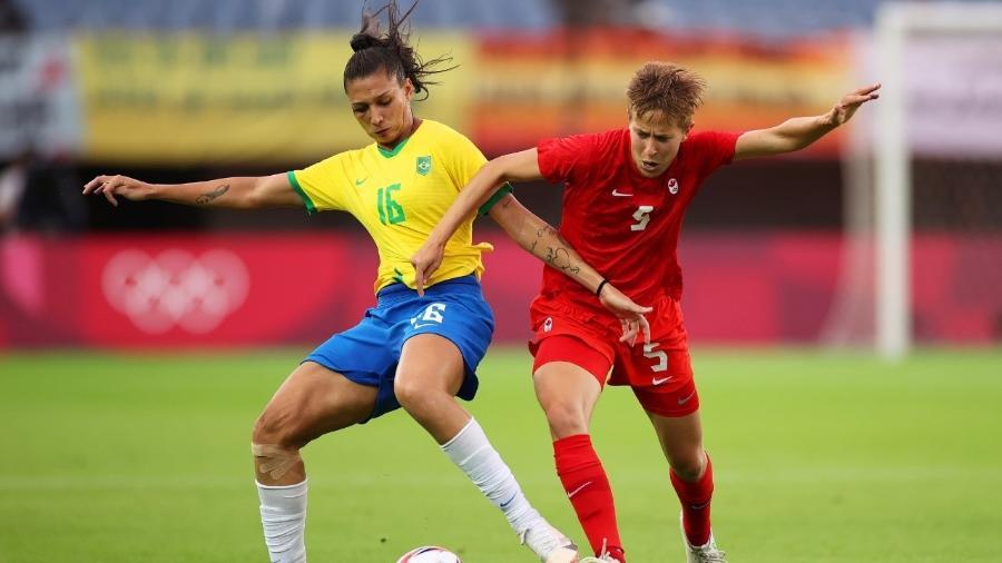 Beatriz Zaneratto e Quinn, do Canadá, disputando bola - Koki Nagahama/Getty Images