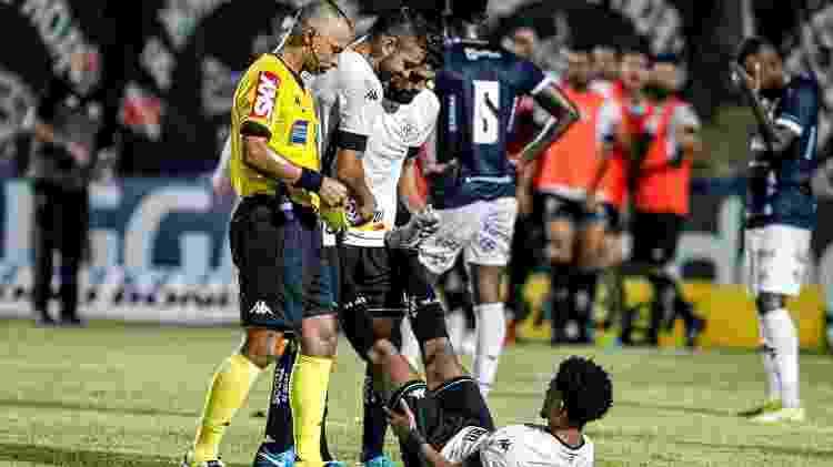 Warley recebe auxílio logo após fazer o gol do Botafogo contra o Remo, pela Série B do Brasileiro - Fernando Torres/AGIF - Fernando Torres/AGIF