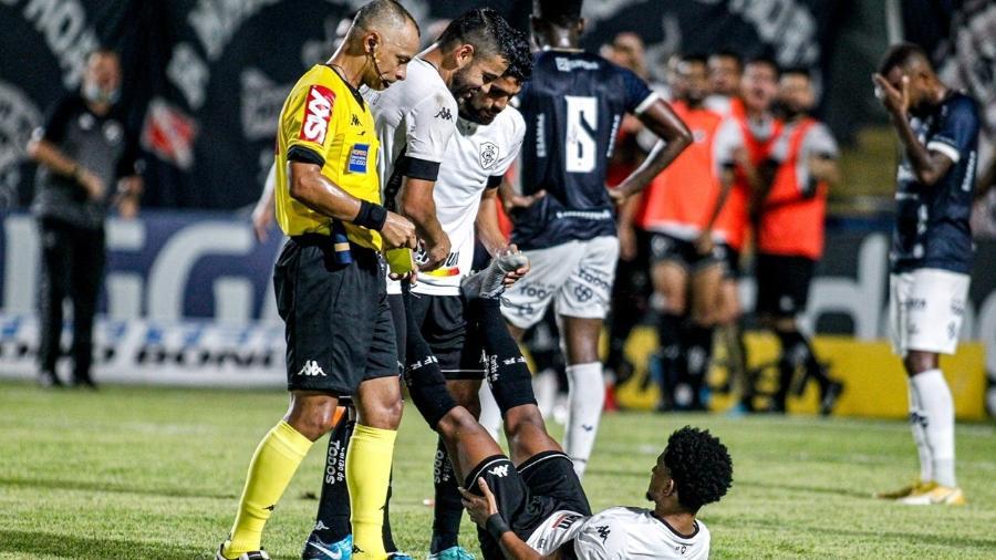 Warley recebe auxílio logo após fazer o gol do Botafogo contra o Remo, pela Série B do Brasileiro - Fernando Torres/AGIF