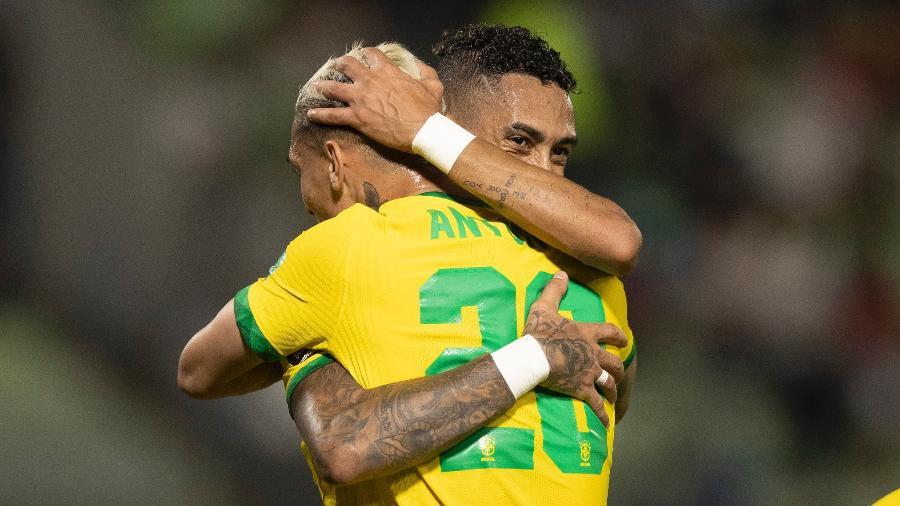 Atacantes se abraçam durante jogo da seleção brasileira pelas Eliminatórias: ambos estrearam neste mês - Lucas Figueiredo/CBF