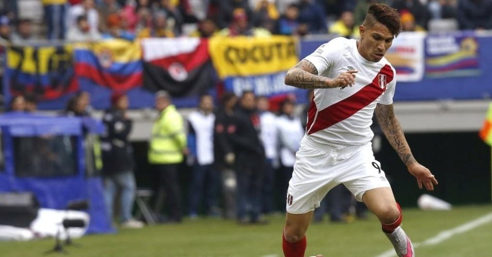 Guerrero passa por Murillo no jogo entre Colômbia e Peru na última rodada do grupo C da Copa América