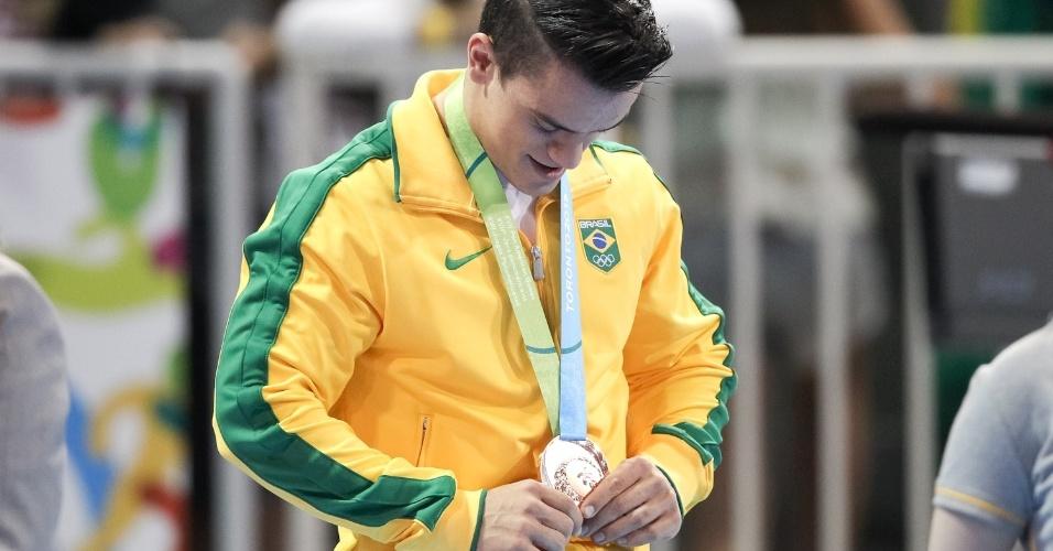 Caio Souza recebe a medalha de bronze conquistada no salto sobre a mesa