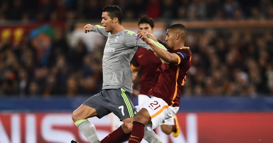 Cristiano Ronaldo tenta superar a marcação da Roma pela Liga dos Campeões
