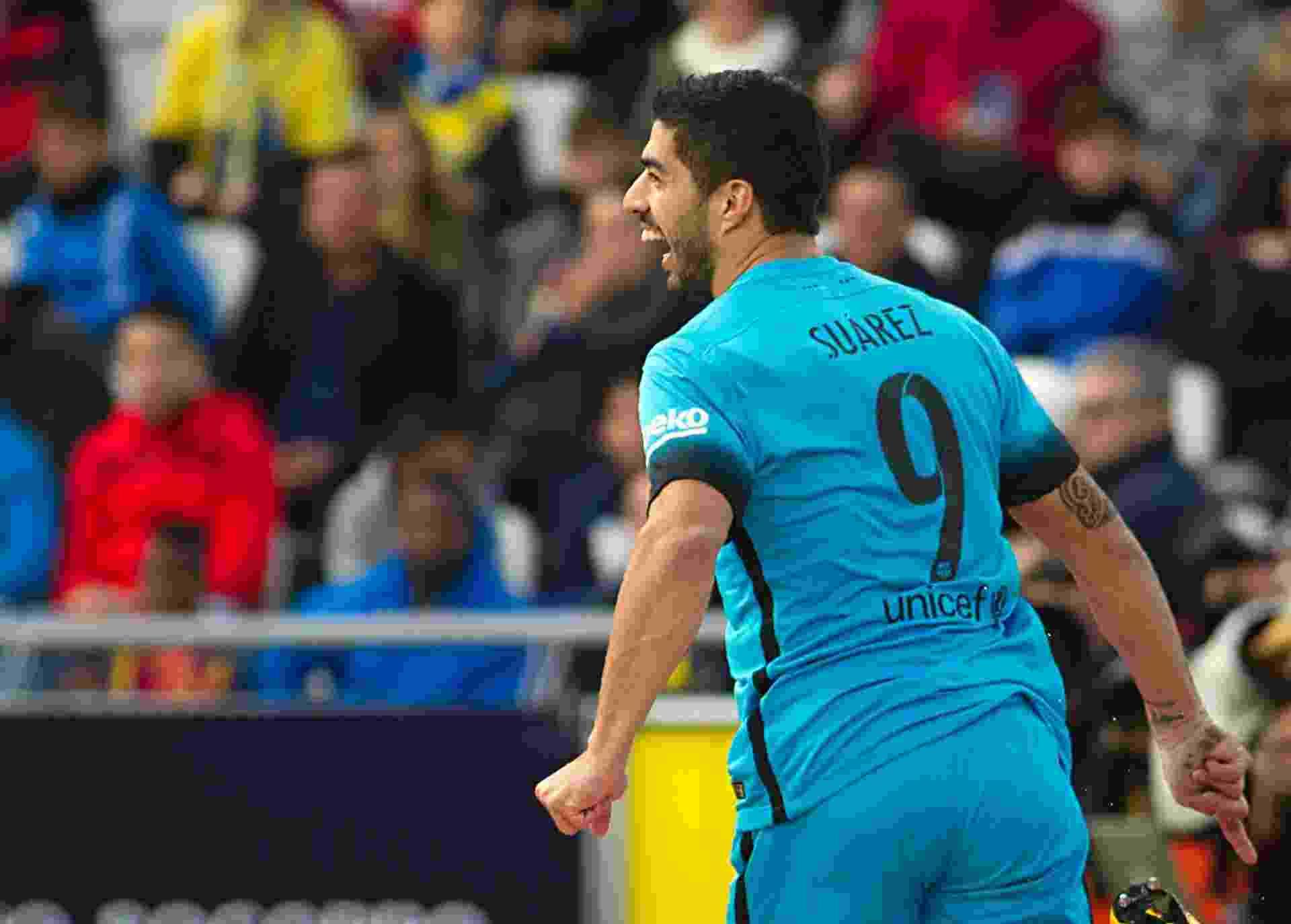 Luis Suárez comemora o primeiro gol do Barcelona diante do Las Palmas, neste sábado, fora de casa - Jaime Reina/AFP