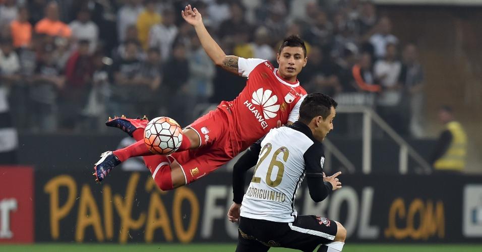 """Juan Roa """"voa"""" para disputa a bola com Rodriguinho no jogo do Corinthians contra o Santa Fe, na Libertadores"""
