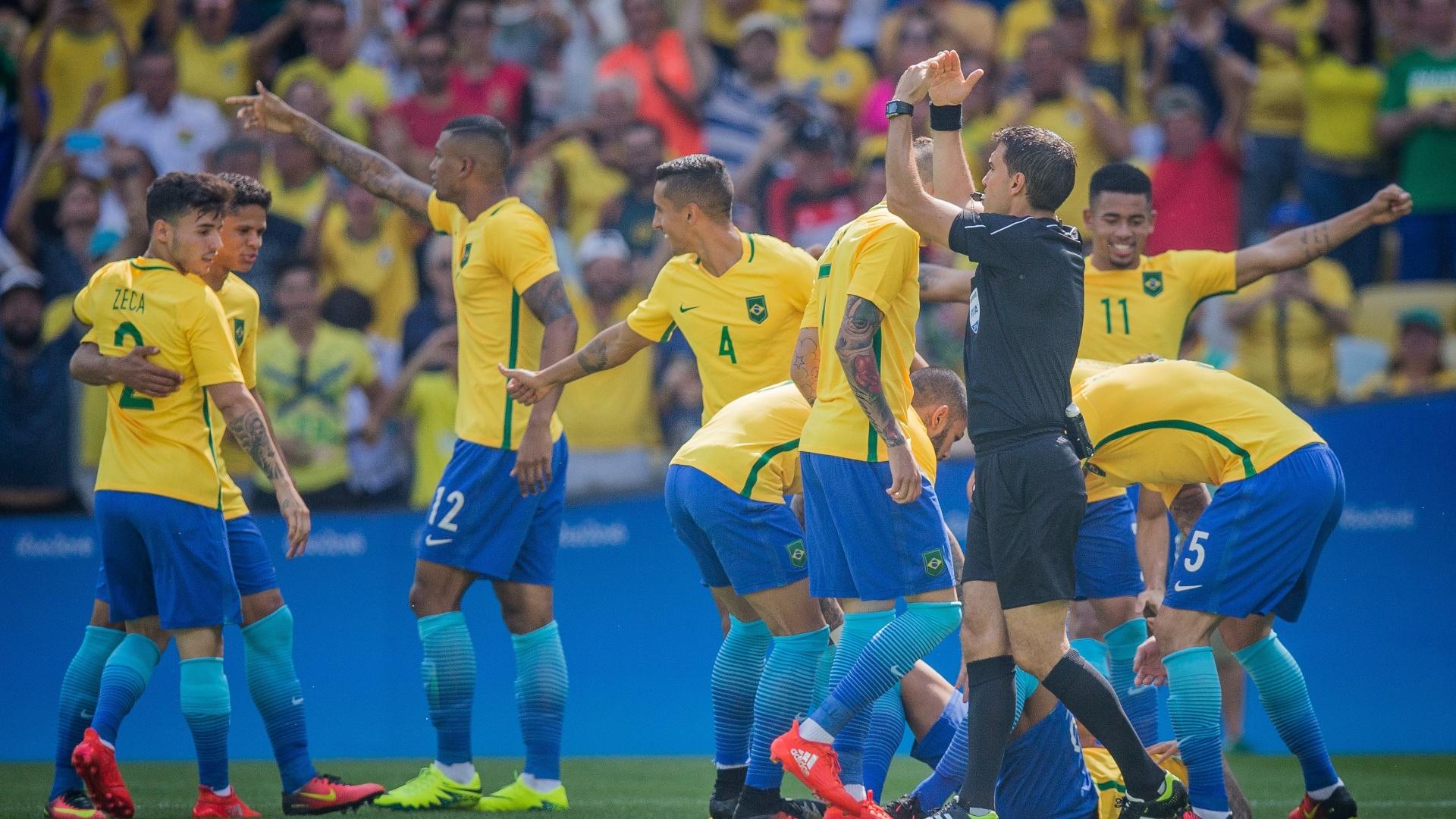 Brasileiros ficaram divididos entre festa pelo gol e preocupação com Neymar
