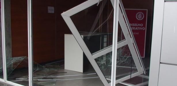 Porta do Beira-Rio derrubada por protesto da torcida após empate com a Ponte Preta