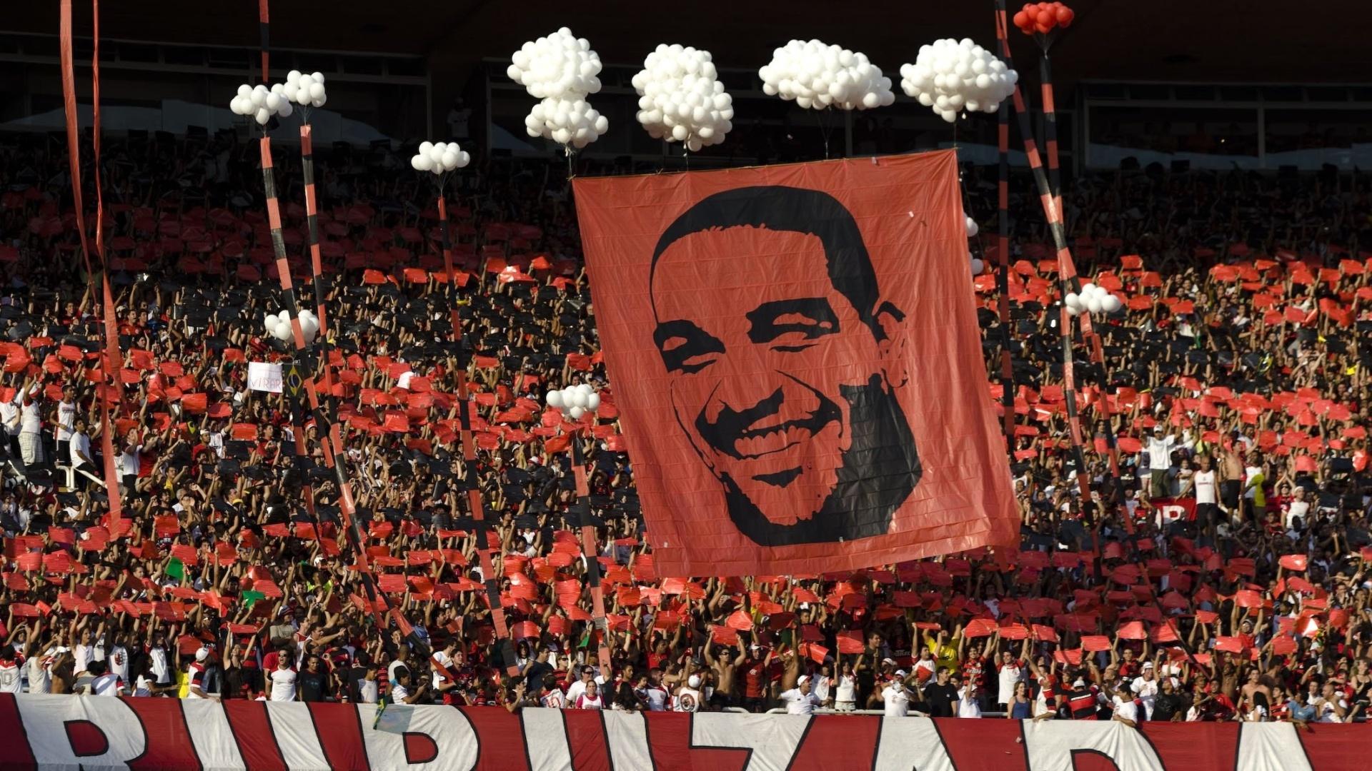 Torcida do Flamengo presta homenagem a Adriano na sua reestreia pelo clube, em 2009
