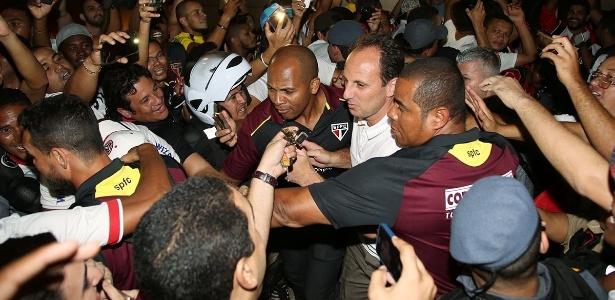 Rogério Ceni é recebido por fãs durante desembarque do São Paulo; técnico é exceção