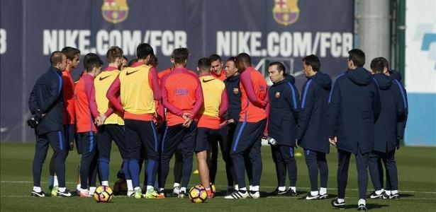 Reunião no centro de campo no Barcelona um dia depois de derrota contra o PSG