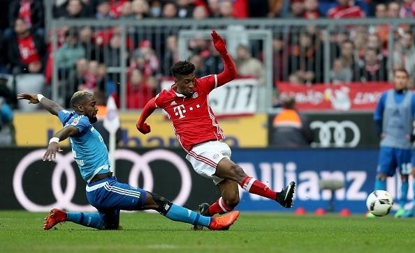 Kingsley Coman se estica todo para marcar mais um gol do Bayern